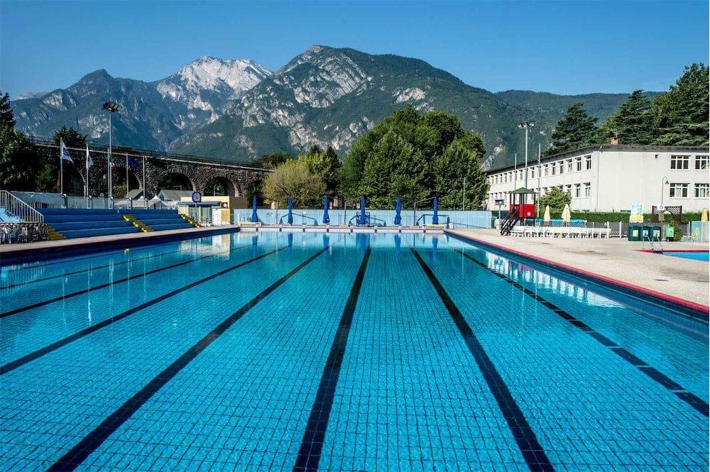Arriva l 39 estate aperte le piscine comunali esterne ecco - Piscina pergine orari ...